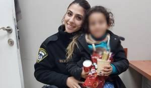 הילדה עם אחת השוטרות, בתחנה