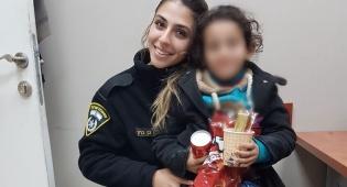 הילדה עם אחת השוטרות, בתחנה - ילדה מעזה ננטשה בידי אביה והושבה לאמה