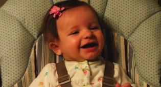 מתוק: תינוקות צוחקים מקריעת נייר