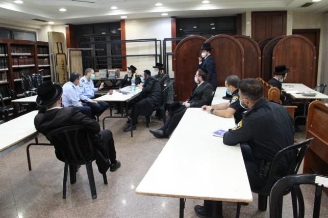 ראשי החסידות וקציני המשטרה בפגישה