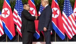 """עשו היסטוריה: נשיא ארה""""ב ושליט צפון קוריאה נפגשו"""