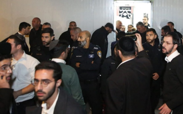 כוחות משטרה בכניסה לבית הכנסת, אמש