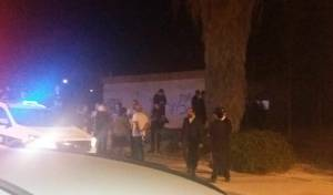 החסידים והמשטרה מחוץ למבנה בעיר ערד