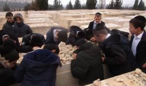 """הילדים הרכינו ראש על קברו של הגרד""""צ"""
