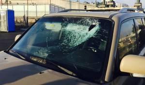 """רכבו של מח""""ט בנימין שהותקף באבנים בקלנדיה, ארכיון"""