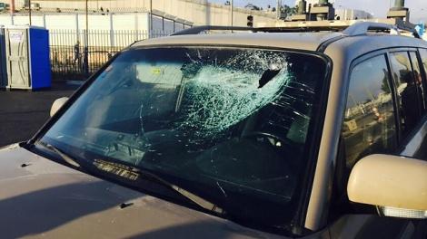 """רכבו של מח""""ט בנימין שהותקף באבנים בקלנדיה, ארכיון - הוכר כנפגע פעולת איבה - רק אחר חצי שנה"""