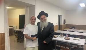 צפו: יהודי קיבל תפילין ופתח בריקוד עם הרב