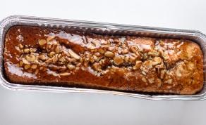 עוגה בחושה עם רוטב מייפל, אגוזים ושקדים