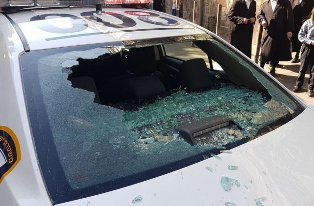 שוטרים סייעו לפנות נפטרת  וספגו ידוי אבן