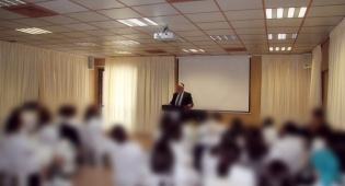 """מנכ""""ל מבחר הרב מאיר יעקובוביץ נואם בפני התלמידות"""