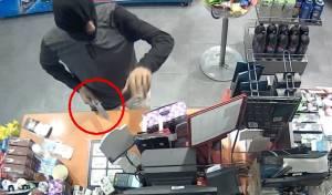 אישום: שדד חנות נוחות באיומי סכין • צפו