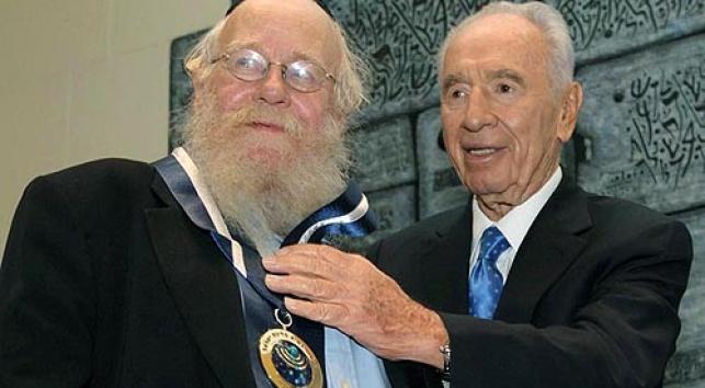 """הרב שטיינזלץ קיבל את """"עיטור הנשיא"""""""