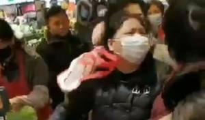 התנפלות אלימה על מדפי המזון בסין, בעקבות ההסגר שהוטל במדינה