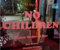 הכיתוב האוסר כניסה לילדים - הפיצרייה האמריקנית שאוסרת כניסת ילדים