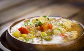מרק עוף עם ירקות שורש ועשבי תיבול