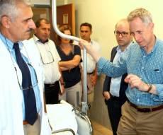 """רטני משוחח עם אחד הפצועים - בכירים אמריקאים: """"נפעמים מהטיפול בפצועים הסוריים"""""""