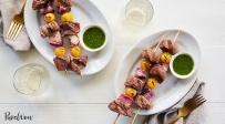 שיפודי בשר עם רוטב צ'ימיצ'ורי - תקראו לכולם: ארוחה משפחתית של סוף החופש