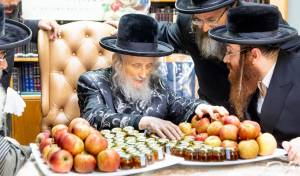 """הגאב""""ד בירך את התפוחים וצלוחיות הדבש"""