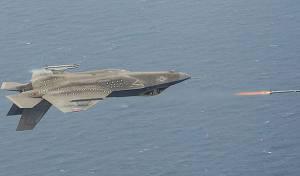 מדהים: F-35 משגר טילים - בעודו הפוך • צפו
