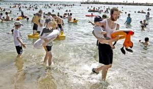 חוף הים בתל אביב. בווידאו: השרה רגב בפגישה בעיריית בני ברק