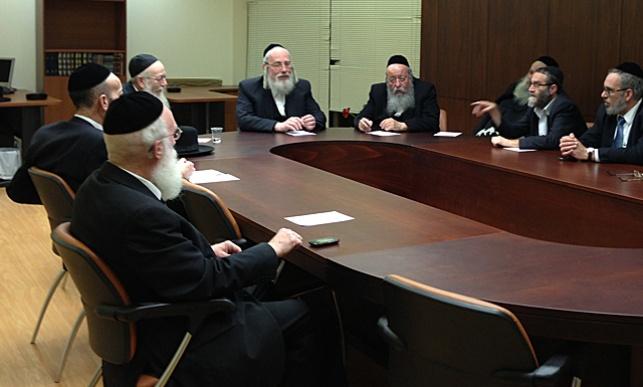 אמיתי שולמן (משמאל) בישיבת סיעת 'יהדות התורה'