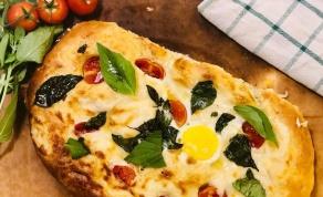 פוקאצ'ה עם רוטב בשאמל, ביצים, עגבניות ובזיליקום