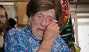 ניצולת השואה דבורה אפל מתרגשת ביום הולדתה