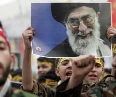 תמונתו של חמנאי, בהפגנת המונים באיראן - מנהיג איראן באיום ברור: תם עידן 'פגע וברח'