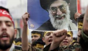 תמונתו של חמנאי, בהפגנת המונים באיראן