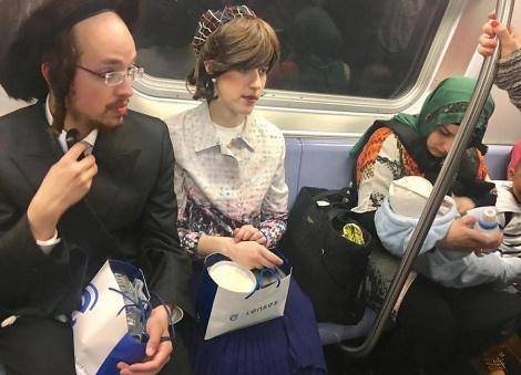 התמונה שמרגשת את הרשת - הזוג החרדי פינה מקומו למוסלמית ותינוקה