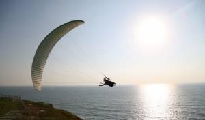 מרהיב: מצנחי רחיפה בחוף הים בנתניה