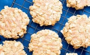 3 מרכיבים: שיבולת שועל, מייפל וחמאת בוטנים - צפו: עוגיות שיבולת שועל מ-3 מרכיבים ללא אפייה