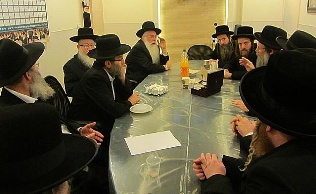"""חברי ועדת הרבנים במפגש עם הח""""כים החרדים. ארכיון"""