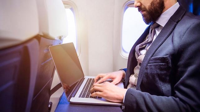 מחשב נייד בטיסה