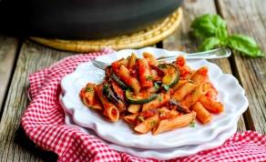 פסטה עם זוקיני וחצילים צלויים ברוטב דרום איטלקי - מה אוכלים היום? פסטה עם ירקות ברוטב דרום איטלקי
