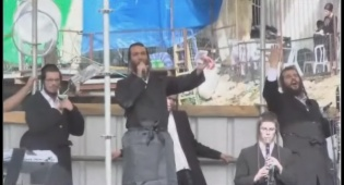 הזמר ברי וובר הקפיץ את ההמונים במירון • צפו