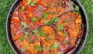 דגים מרוקאים ברוטב פיקנטי עם גרגרי חומוס וירקות