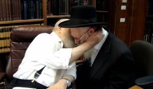 וידאו מרגש: כשמרן נישק ובירך את בנו בכורו
