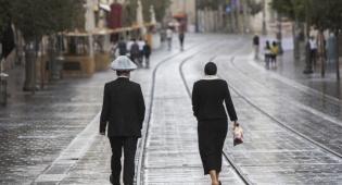 """ערכי צניעות ביום-יום. אילוסטרציה - """"תהיי אשה צנועה"""": הידוק חומות הצניעות בימינו"""