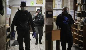 שוטרים בפשיטה על בית כנסת, ארכיון