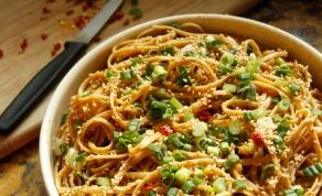 שוברים שגרה: ספגטי ברוטב בוטנים בסגנון אסייתי