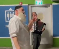 בצל האזעקה: שולי רנד שר לקהל שלו בחניון