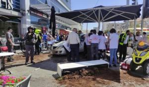 רכב נכנס במסעדה; תשעה בני אדם נפצעו