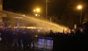 המפגינים ניסו לפרוץ לבלפור; שוטר נפצע