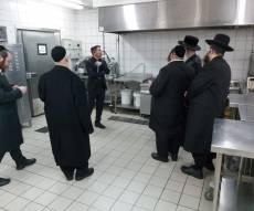 בתמונה: הרב פאדווא בסיור במטבח החדש