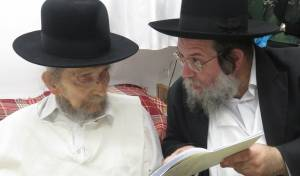 הרב שניידר עם מרן ראש הישיבה - החברותא של מרן: 'אין קצבה לשנות הצדיק'