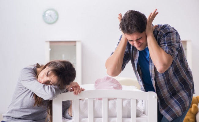 מחקר: הורים טריים מאבדים 44 ימי שינה בשנה