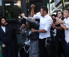 צעיר חרדי פצע את המפגינים עם האגרופן