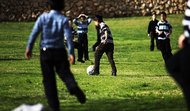 מגרש הספורט של השכן ירוק יותר