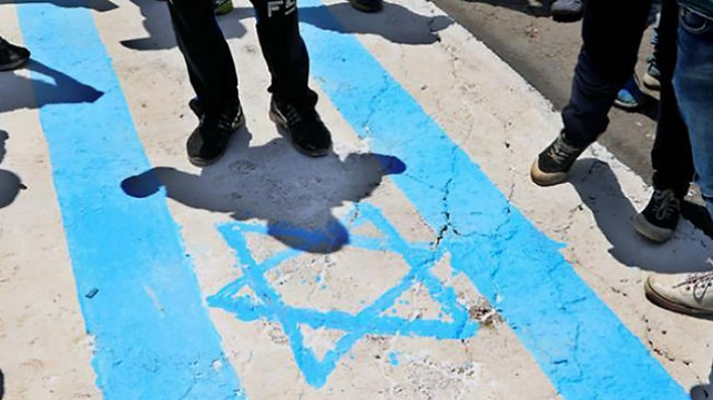 דורכים על דגל ישראל בסוכת האבלים בירדן